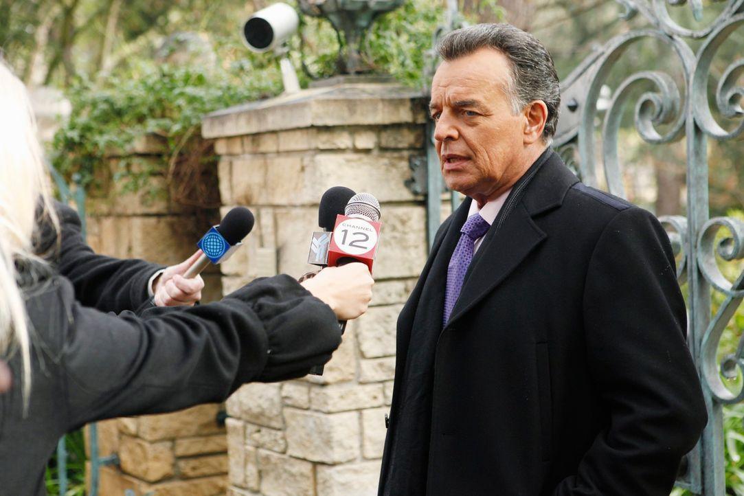 Bobby Fox (Ray Wise), der Agent des ermordeten Baseballspielers Cano Vega, stellt sich den Fragen der Presse. - Bildquelle: ABC Studios