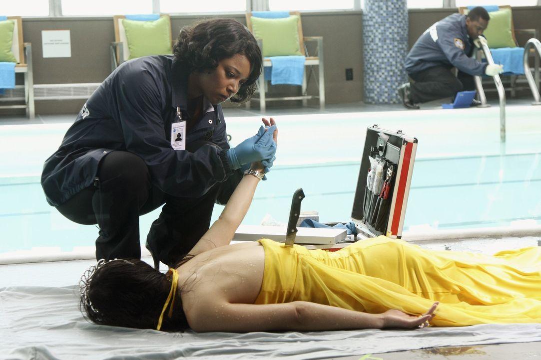 Und wieder hat der Mörder zugeschlagen: Lanie Parish (Tamala Jones) untersucht das Opfer ... - Bildquelle: ABC Studios