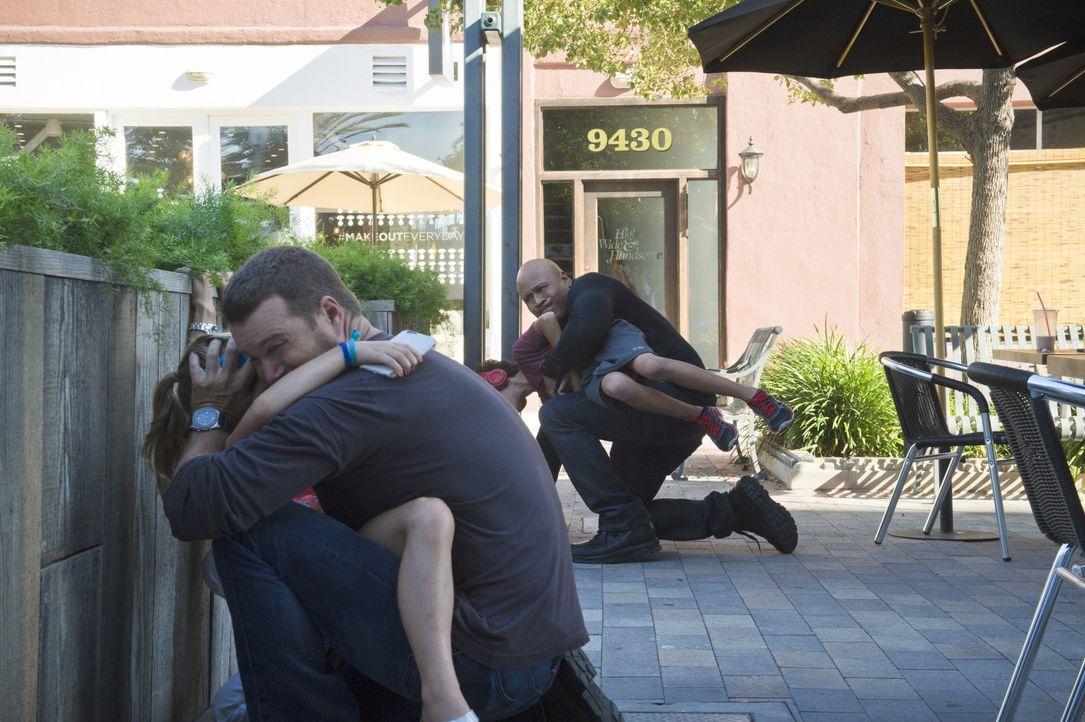Ein unbekannter Anrufer erzählt Callen (Chris O'Donnell, 2.v.l.) und Sam (LL Cool J, r.), dass gleich an einer nahen Bushaltestelle eine Bombe hochg... - Bildquelle: Neil Jacobs 2015 CBS Broadcasting, Inc. All Rights Reserved. / Neil Jacobs