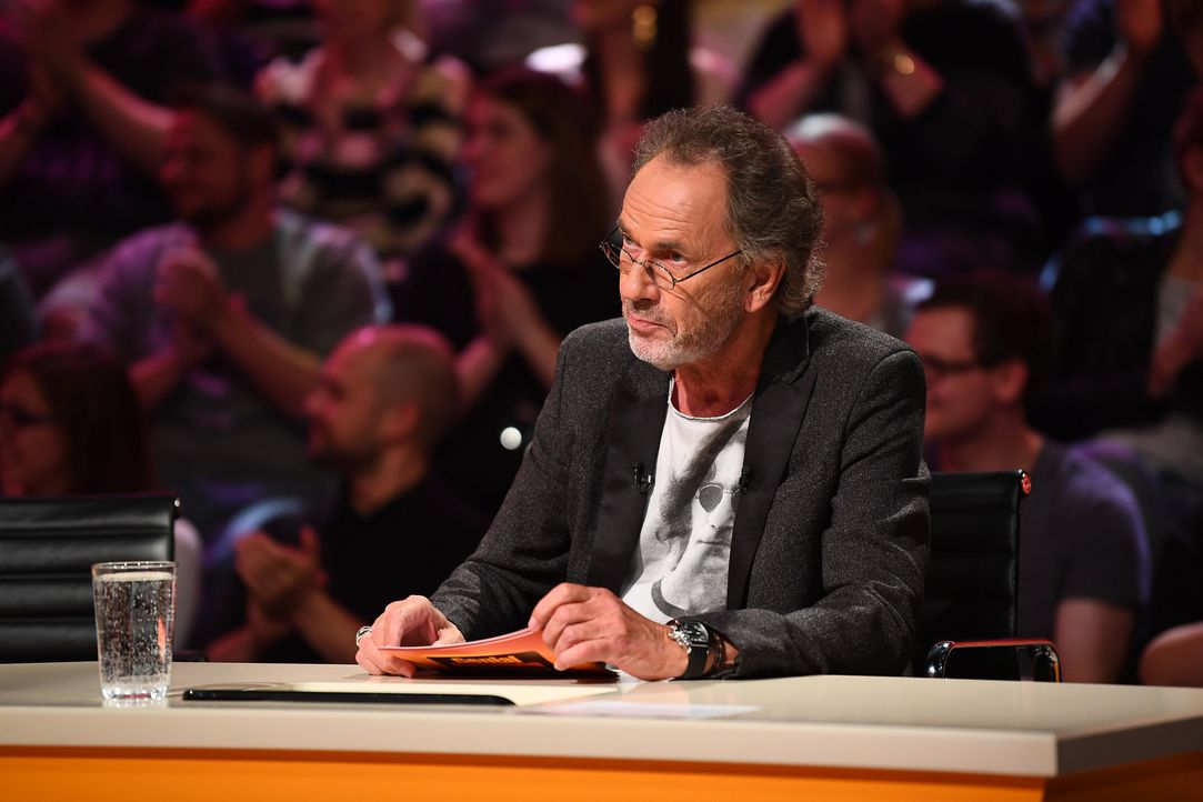 Spielleiter Hugo Egon Balder in seinem Element ... - Bildquelle: Willi Weber SAT.1 / Willi Weber