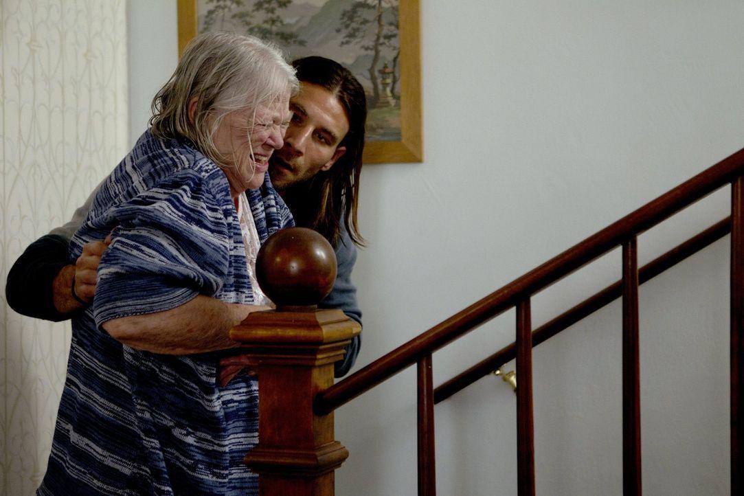 Die eigenen Familienmitglieder wollen sich nicht um Grammy (Louise Fletcher, l.) kümmern, doch Karens Mann Jody (Zach McGowan) hilft der alten Frau... - Bildquelle: 2010 Warner Brothers