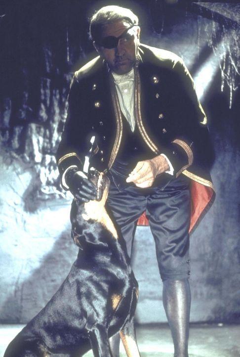 Grimsby (Artur Binder), der Diener des verstorbenen Kapiän Wilson, sorgt auf Blackwood Castle mittels eines streunenden Riesenhundes für grausige Üb... - Bildquelle: Constantin Film