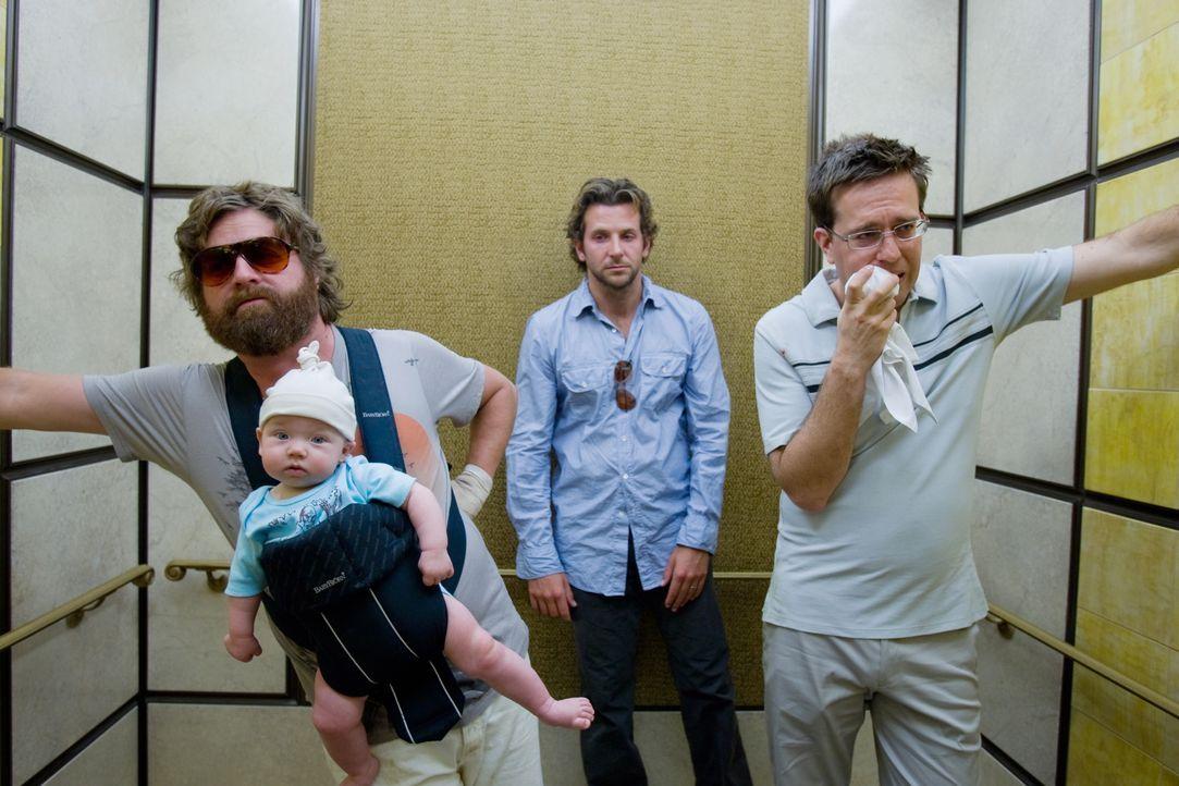 Bräutigam Doug beschließt mit seinen drei Trauzeugen Phil (Bradley Cooper, M.), Stu (Ed Helms, r.) und Alan (Zach Galifianakis, l.) in Las Vegas ein... - Bildquelle: Warner Brothers