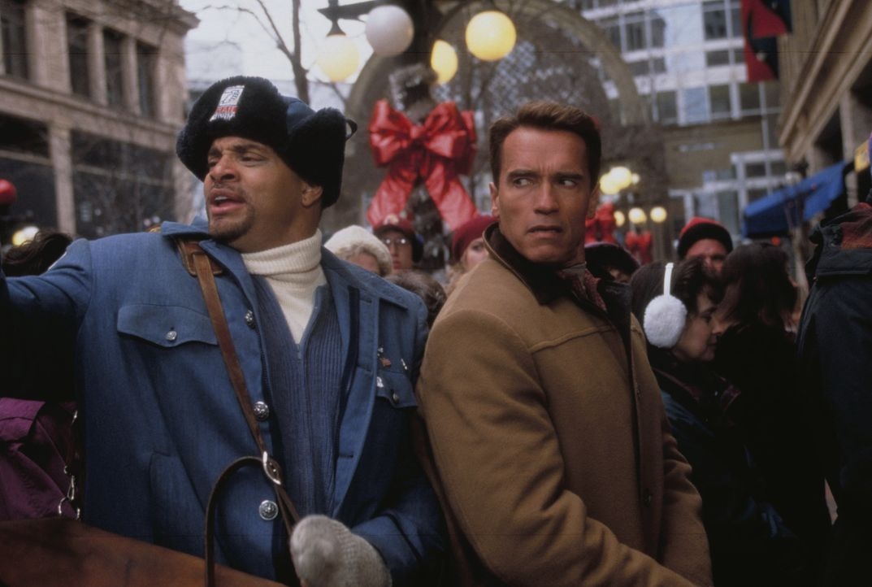 """Als Howard Langston (Arnold Schwarzenegger, r.) sich auf den Weg macht, um die Actionfigur """"Turbo Man"""" für seinen Sohn zu besorgen, stellt er entset... - Bildquelle: 1996 Twentieth Century Fox Film Corporation. All rights reserved."""