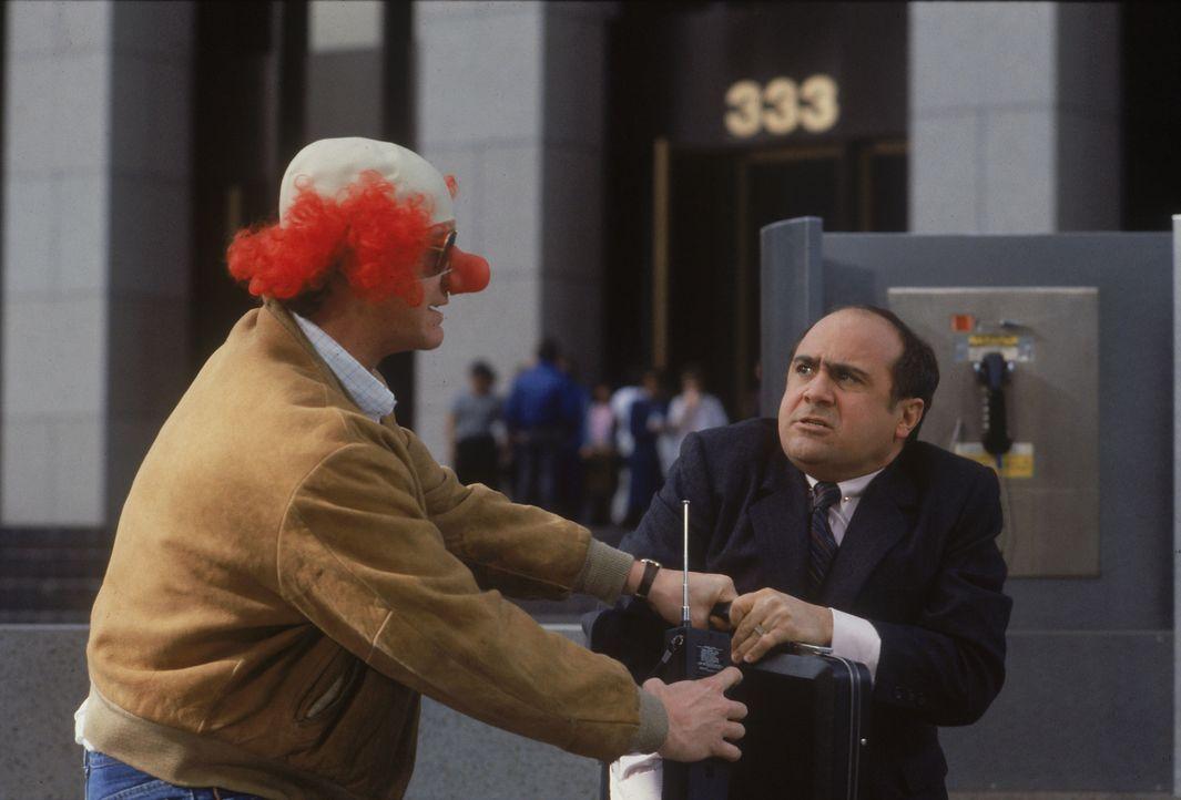 Geschäftsmann Sam Stone (Danny DeVito, r.) denkt gar nicht daran, dem Entführer Ken Kessler (Judge Reinhold, l.) das Lösegeld für seine Frau zu über... - Bildquelle: Laurel Moore Touchstone Pictures/Laurel Moore