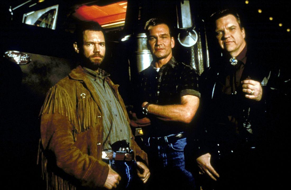 Der hinterhältige Hehler Red (Meat Loaf, r.) und Earl (Randy Travis, l.) glauben, Jack Crews (Patrick Swayze, M.) einschüchtern zu können. Doch d... - Bildquelle: Universal Pictures