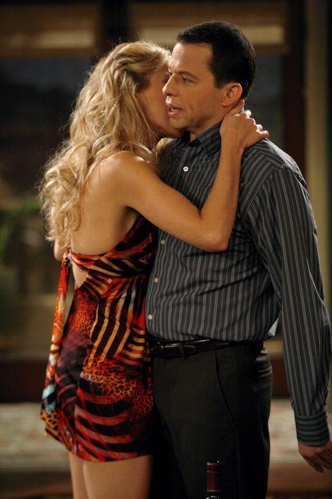 Alan (Jon Cryer, r.) will keine Beziehung mehr, sondern nur noch Sex und bittet seinen Bruder Charlie daher, ihm eine Prostituierte (Carrie Reichenb... - Bildquelle: Warner Brothers Entertainment Inc.