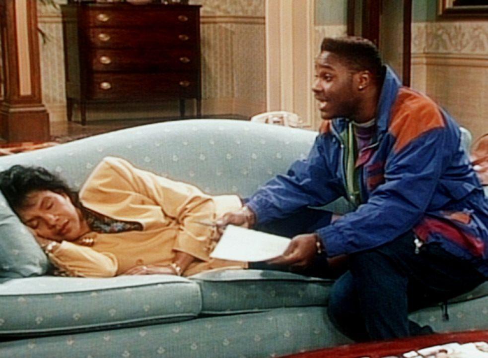 Theo (Malcolm-Jamal Warner, r.) bittet Clair (Phylicia Rashad, l.), den Mietvertrag für seine neue Wohnung zu unterschreiben, und das duldet keinen... - Bildquelle: Viacom