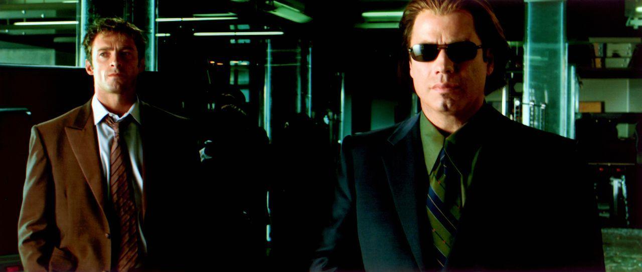 Eiskalt setzt Gangster Gabriel (John Travolta, r.) seine verführerische Freundin Ginger ein, um den weltbesten Computerhacker Stanley (Hugh Jackman,... - Bildquelle: Warner Brothers International