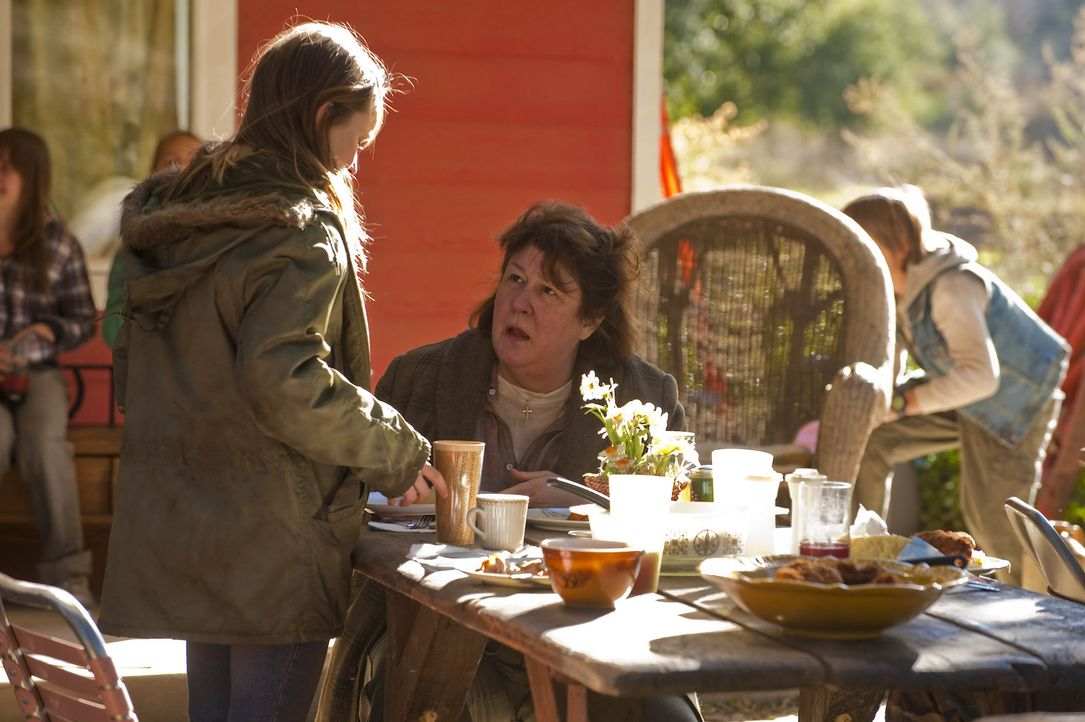 Loretta (Kaitlyn Dever, l.) ahnt nicht, dass Mags Bennett (Margo Martindale, r.) etwas mit dem Verschwinden ihres Vaters zu tun hat ... - Bildquelle: 2011 Sony Pictures Television Inc. and Bluebush Productions, LLC. All Rights Reserved.