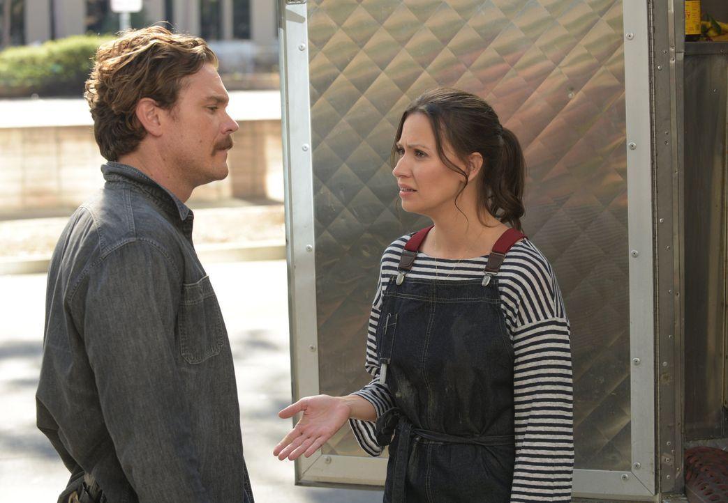 Während er einen neuen Fall am Hals hat, kämpft Riggs (Clayne Crawford, l.) darum, seine Beziehung mit Molly (Kristen Gutoskie, r.) wiederzubeleben... - Bildquelle: Warner Brothers