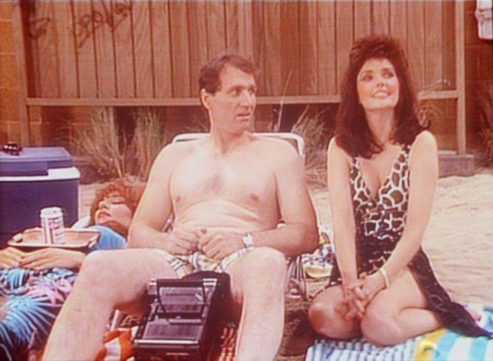 Während Peggy (Katey Sagal, l.) in der Sonne döst, flirtet Al (Ed O'Neill, M.) mit seiner alten Schulfreundin Marilyn (Morgan Brittany, r.). - Bildquelle: Columbia Pictures