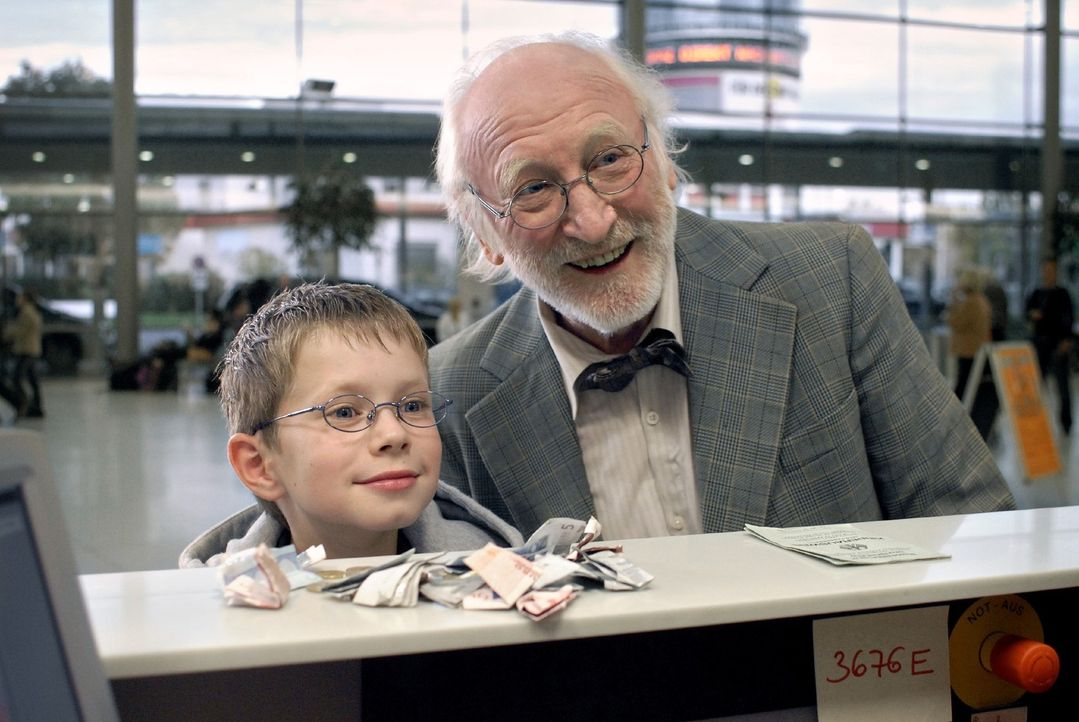Ohne seinen Opa (Karl Merkatz, r.) kann Tim (Lukas Schust, l.) nicht die Flugreise zu seinem vermeintlichen Vater antreten ... - Bildquelle: Martin Menke Sat.1