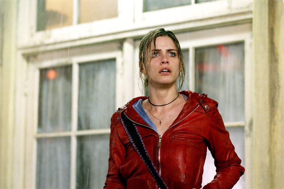 Auch Paris (Amanda Peet) landet durch eine Verkettung merkwürdigster Zufälle mit neun weiteren Personen in einem heruntergekommenen Motel ... - Bildquelle: 2003 Sony Pictures Television International. All Rights Reserved.