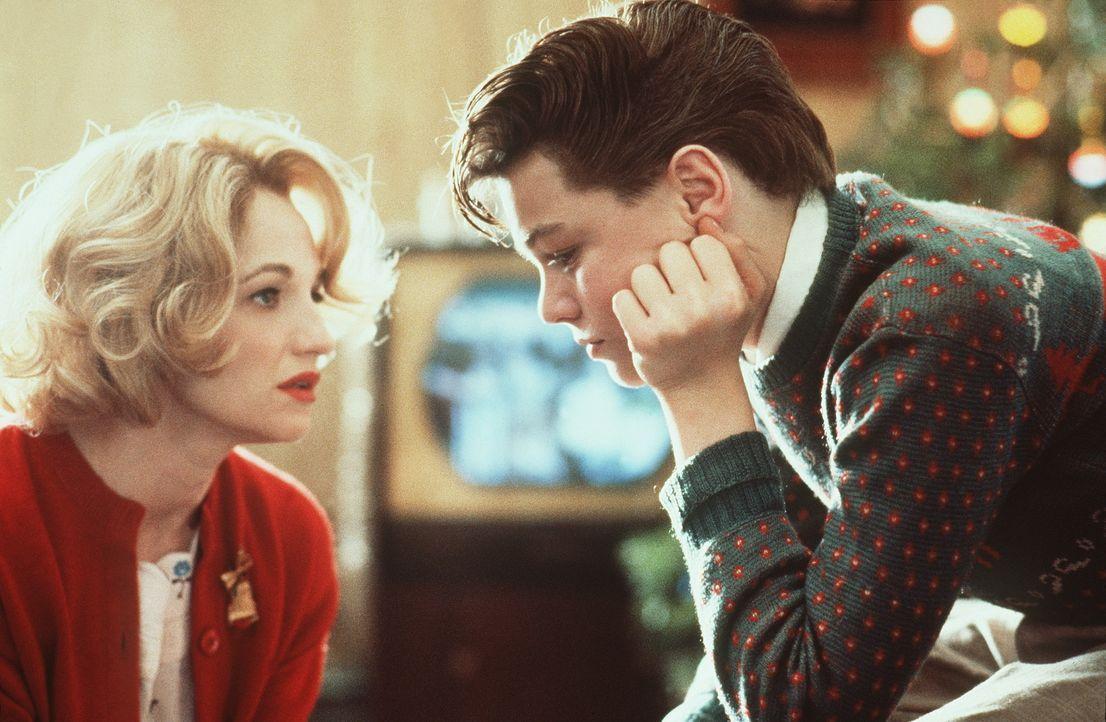 Caroline Wolff (Ellen Barkin, l.) erklärt ihrem Sohn Toby (Leonardo DiCaprio, r.) vorsichtig, dass sie wieder heiraten möchte ... - Bildquelle: Warner Bros.