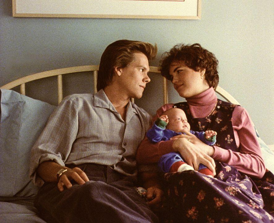 Nach der komplizierten Geburt ihres Babys spüren Jake (Kevin Bacon, l.) und Kristy (Elizabeth McGovern, r.), wie sehr sie sich lieben ... - Bildquelle: Paramount Pictures