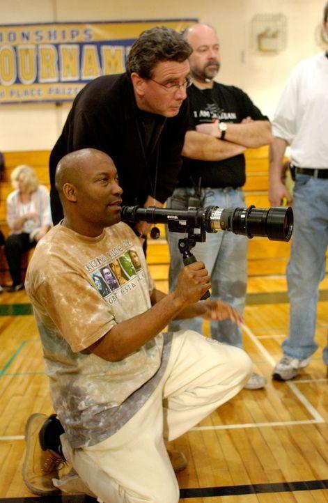 Regisseur John Singleton, l. beim Dreh - Bildquelle: TM &   2006 Paramount Pictures. All Rights Reserved.