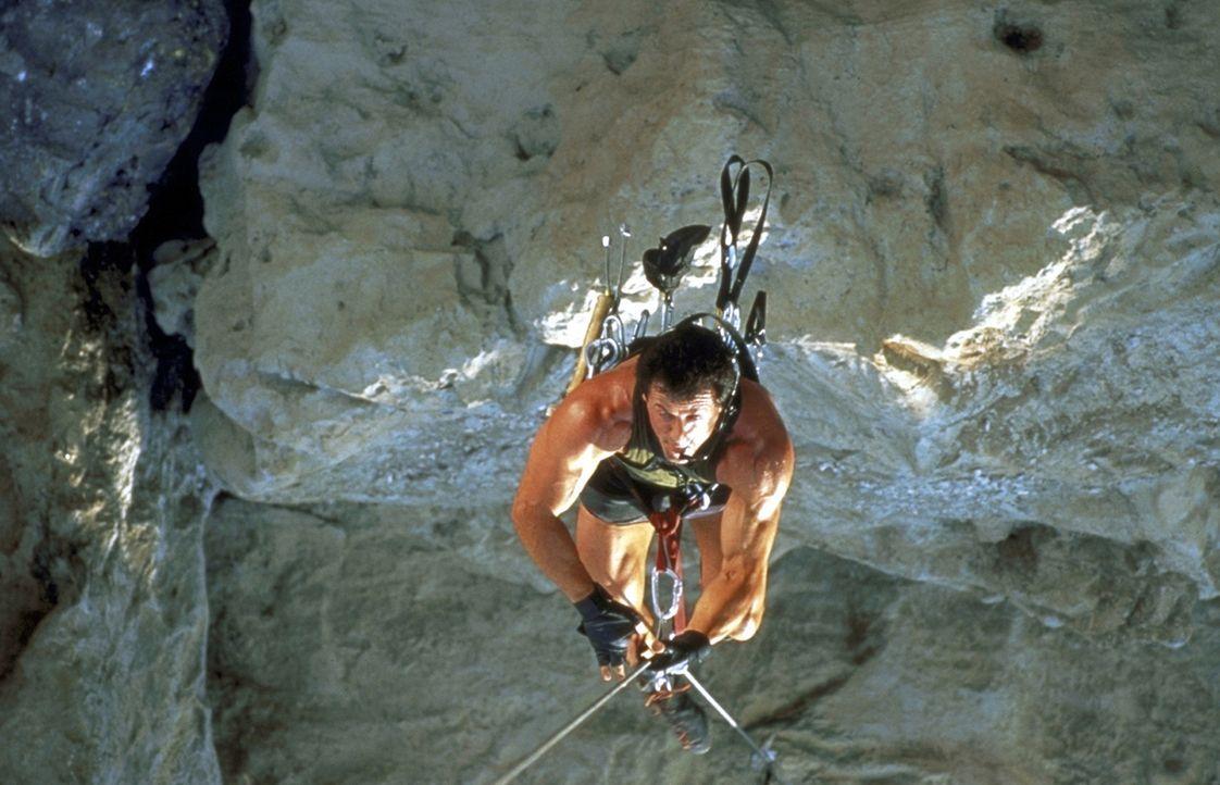 Als sich Freeclimb-Spezialist Gabe Walker (Sylvester Stallone) bei der Suche nach Überlebenden eines Flugzeugabsturzes in den Bergen beteiligt, ahnt... - Bildquelle: 1993 Cliffhanger B.V. All Rights Reserved.