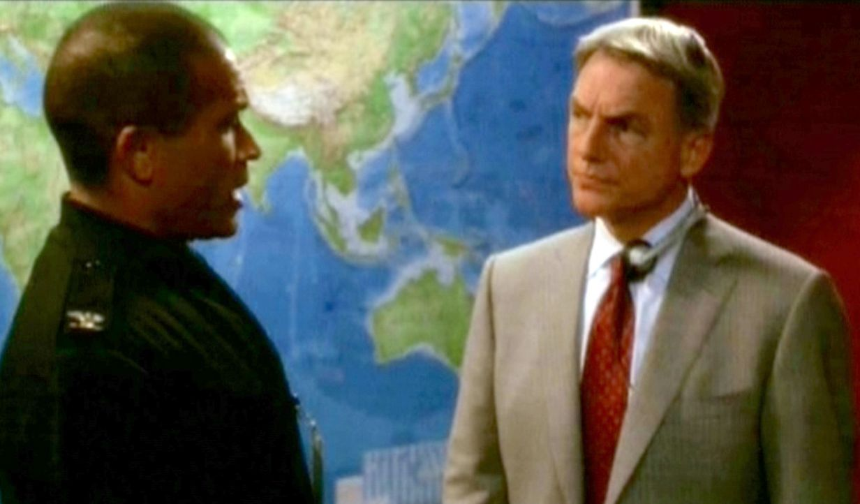 Gibbs (Mark Hamon, r.), verständigt Wilkersons Vorgesetzten, der ihm von ihrer Beteiligung an der Planung eines Nukleartransports erzählt. Zunäch... - Bildquelle: CBS Television