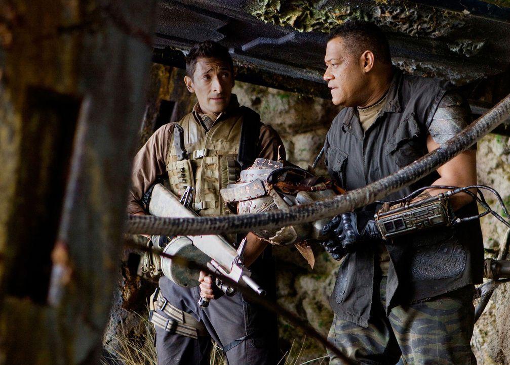 Beinahe zu spät wird Royce (Adrien Brody, l.) klar, dass Noland (Laurence Fishburne, r.), der schon seit geraumer Zeit auf dem Planeten überlebt hat... - Bildquelle: 2010 Twentieth Century Fox Film Corporation. All rights reserved.