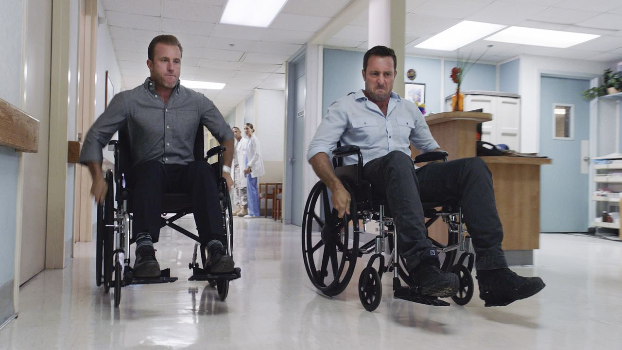 Noch befinden sich Steve (Alex O'Loughlin, r.) und Danny (Scott Caan, l.) im Krankenhaus - doch schon bald wartet ein neuer Fall auf sie ... - Bildquelle: Norman Shapiro 2016 CBS Broadcasting, Inc. All Rights Reserved / Norman Shapiro