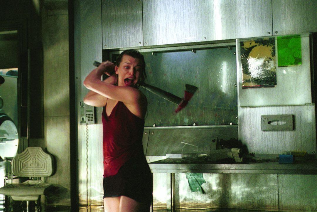 Als Alice (Milla Jovovich, l.) bewusst wird, was das T-Virus angerichtet hat, bereitet sie sich auf einen knallharten Kampf ums Überleben vor ... - Bildquelle: Constantin Film Verleih GmbH