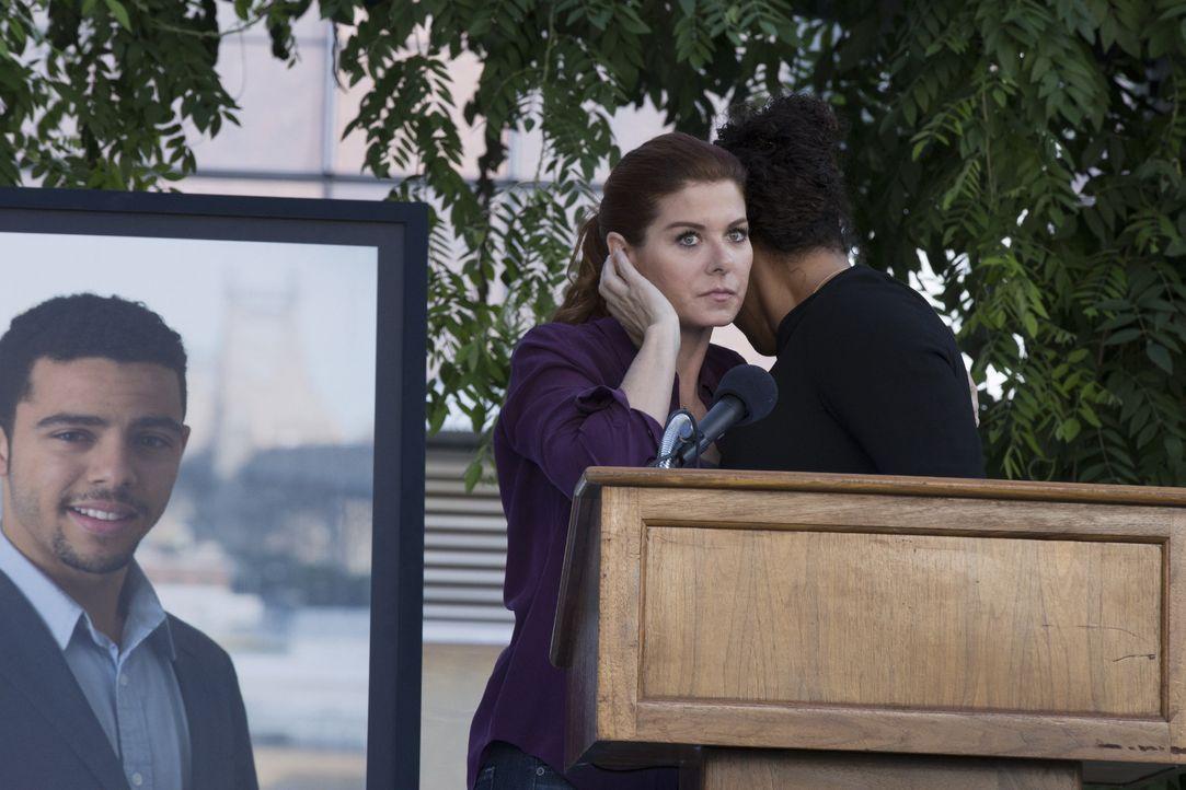 Ein ermordetes Wunderkind: Auf der Beerdigung des genialen Millionärs Zac versucht Laura (Debra Messing), den Täter aufzuspüren ... - Bildquelle: 2015 Warner Bros. Entertainment, Inc.
