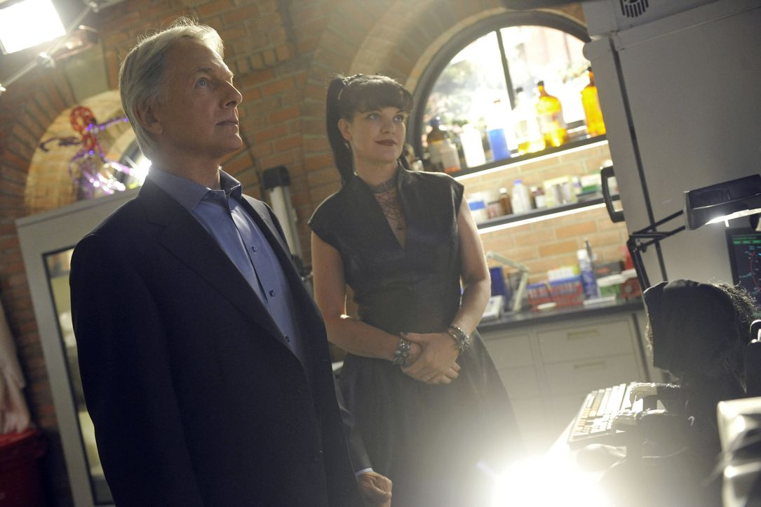 Der Fall, an dem Gibbs (Mark Harmon, l.) und Abby (Pauley Perrette, r.) arbeiten, nimmt plötzlich ein unerwartete Wendung ... - Bildquelle: Darren Michaels CBS Television / Darren Michaels