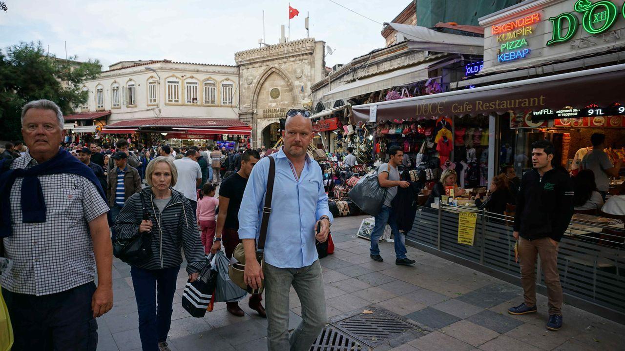 """Für """"Achtung Abzocke - Urlaubsbetrügern auf der Spur"""" ist Peter Giesel (M.) in Spanien, der Türkei, Thailand und Brasilien unterwegs, um Diebe und A... - Bildquelle: kabel eins"""