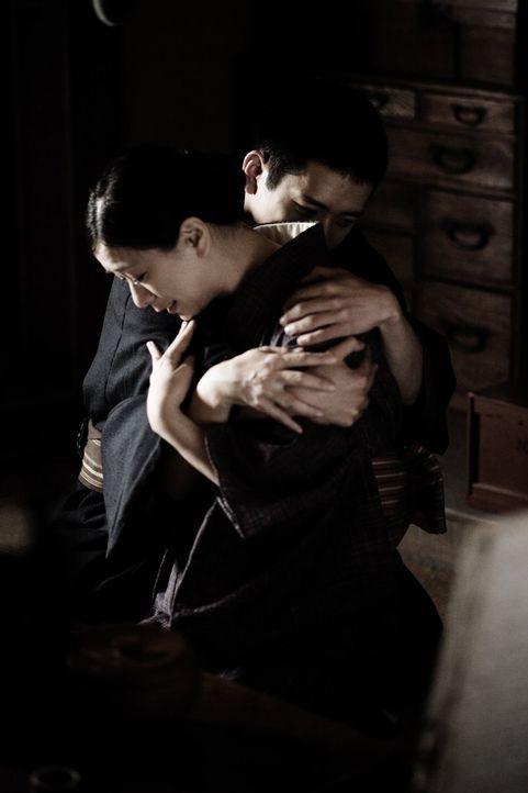 Rückblende: Saigo (Kazunari Ninomiya, l.) verabschiedet sich von seiner Frau Hanako (Nae, r.) ... - Bildquelle: Warner Bros.