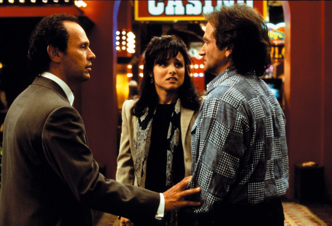 Jack Lawrence (Billy Crystal, l.) versucht seiner Frau Carrie (Julia Louis-Dreyfus, M.) zu erklären, warum er und Dale Putley (Robin Williams, r.)... - Bildquelle: Warner Bros. Television