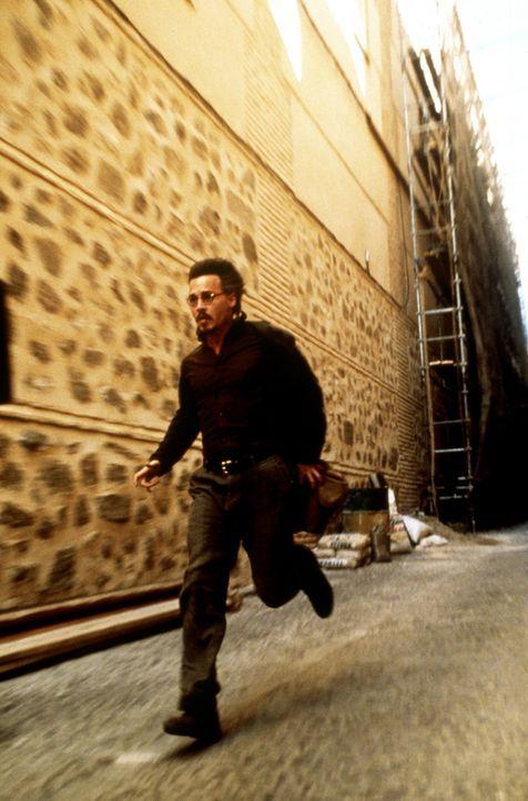 """Der Bücherjäger Corso (Johnny Depp) ist hinter dem satanistischen Werk """"The Ninth Gate"""" her, doch nicht nur er allein ... - Bildquelle: 20th Century Fox of Germany"""