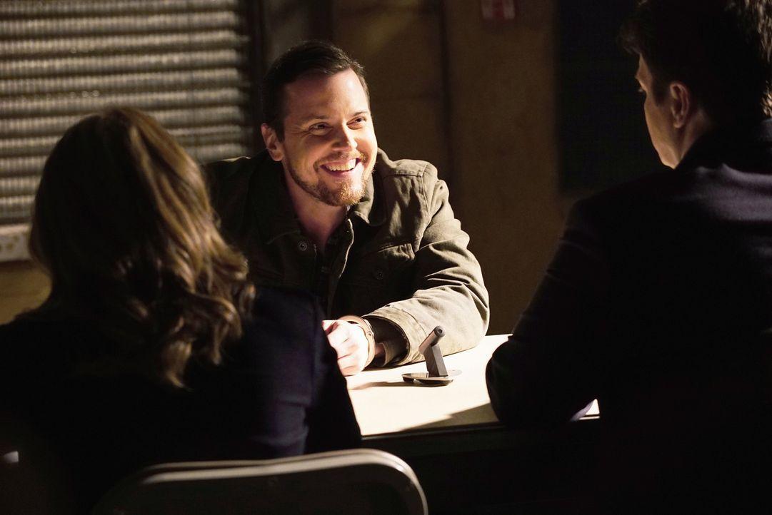 Weil er genau weiß, dass Castle (Nathan Fillion, r.) und Kate (Stana Katic, l.) ihn nicht viel länger hierbehalten können, ist der vermeindliche Mör... - Bildquelle: ABC Studios