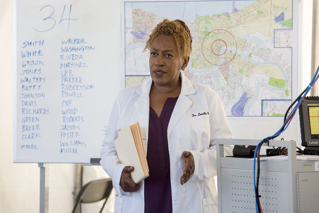 Bei den Ermittlungen: Dr. Wade (CCH Pounder) ... - Bildquelle: 2014 CBS Broadcasting Inc. All Rights Reserved.