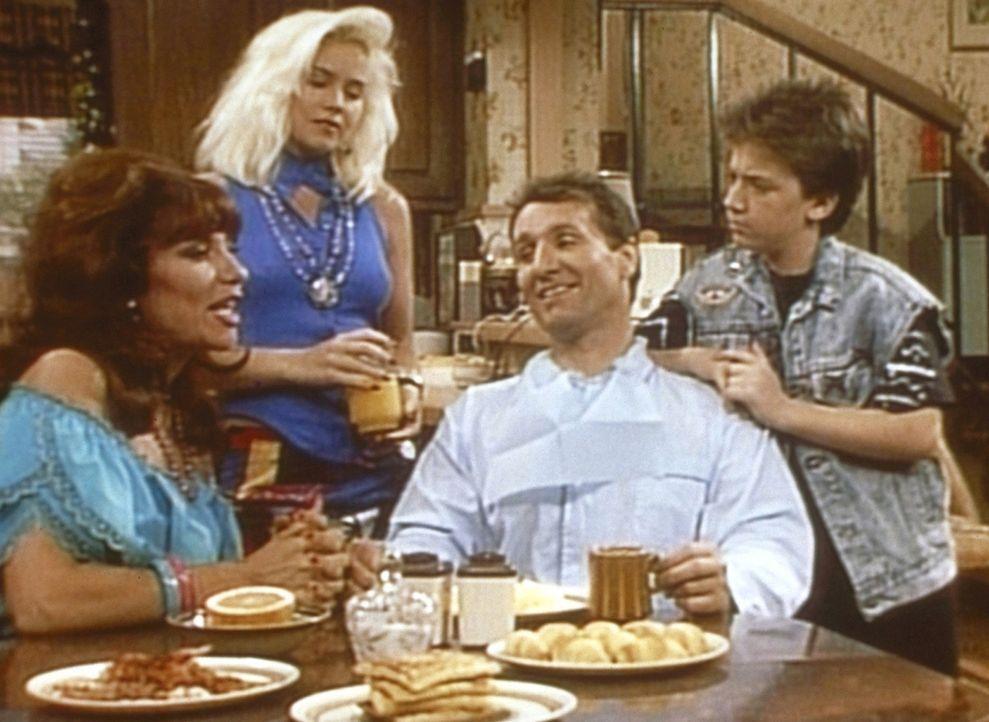 Weil Peggy (Katey Sagal, l.), Kelly (Christina Applegate) und Bud (David Faustino, r.) glauben, dass Al (Ed O'Neill, 2.v.r.) eine Million Dollar unt... - Bildquelle: Columbia Pictures