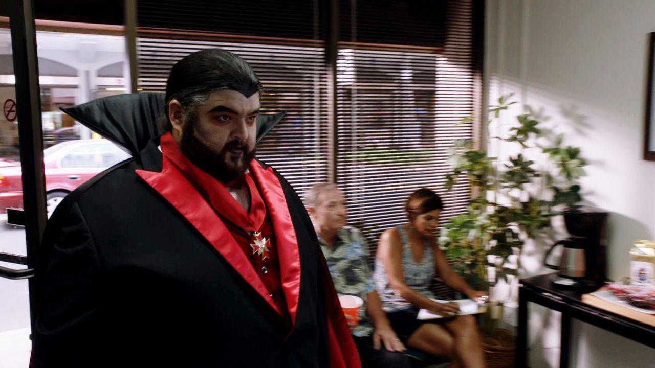 Benötigt Hilfe, als eine Gang eine Blutbank überfällt, bei der er gerade Blut spendet: Jerry Ortega (Jorge Garcia) ... - Bildquelle: 2015 CBS Broadcasting, Inc. All Rights Reserved