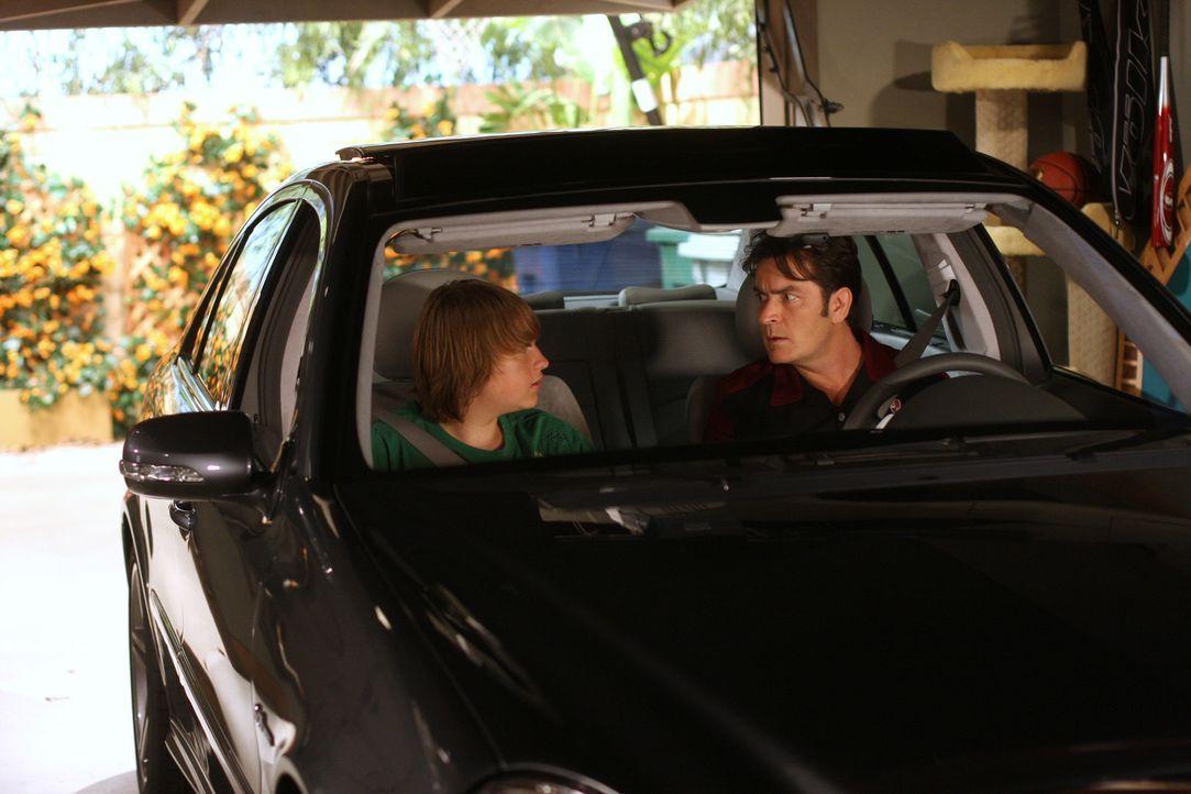 Jake (Angus T. Jones, l.) schreckt nicht vor einer Erpressung gegenüber Charlie (Charlie Sheen, r.) zurück, um ihn als Beifahrer für seinen Lernf... - Bildquelle: Warner Brothers Entertainment Inc.