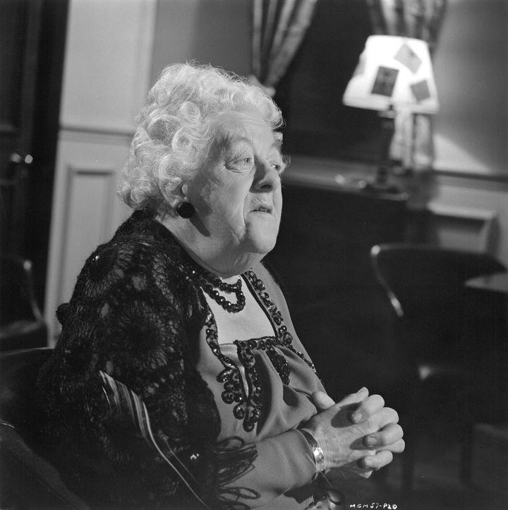 Miss Marple (Margaret Rutherford) hört ganz genau zu, denn auch der kleinste Hinweis kann den Gift-Täter überführen ... - Bildquelle: Warner Brothers