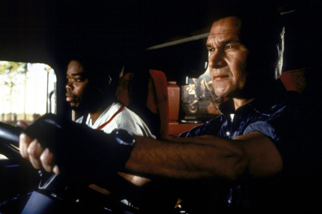 """Sonny (Gabriel Casseus, l.) und Jack (Patrick Swayze, r.) transportieren """"heiße? Ladung, die ihnen auch immer wieder Probleme bereitet. - Bildquelle: Universal Pictures"""