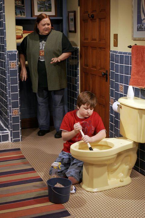 Berta (Conchata Ferrell, l.) passt auf Jake (Angus T. Jones, r.) auf und nutzt die Gelegenheit, ihm ein paar Sauberkeitsregeln beizubringen ... - Bildquelle: Warner Brothers Entertainment Inc.
