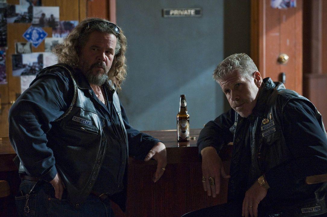Bobby (Mark Boone Junior, l.) ist froh, dass Clay (Ron Perlman, r.) und Jax beschlossen haben, doch noch zusammenzuarbeiten ... - Bildquelle: 2009 Twentieth Century Fox Film Corporation and Bluebush Productions, LLC. All rights reserved.