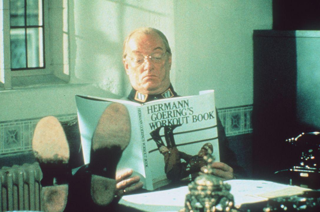 Der skrupellose General Streck (Jeremy Kemp) mit seiner Lieblingslektüre 'Hermann Görings Aerobic-Buch' ... - Bildquelle: Paramount Pictures