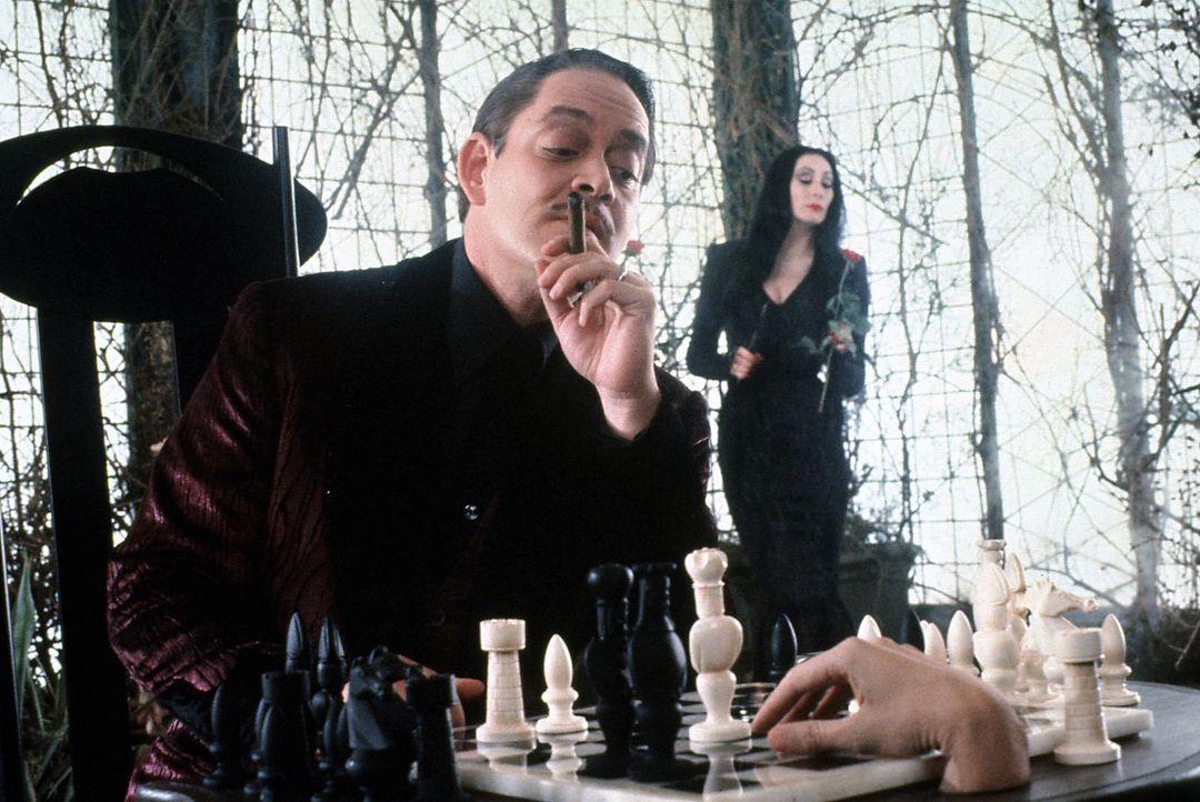 Gomez Adams (Raul Julia, l.) vertreibt sich die meiste Zeit mit dem eiskalten Händchen, welches ihm zum ständigen Weggefährten geworden ist. Das... - Bildquelle: Paramount Pictures Global