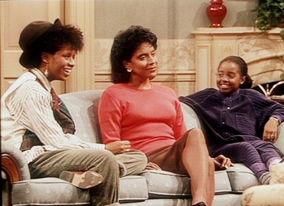 Vanessa (Tempsett Bledsoe, l.) und Rudy (Keshia Knight Pulliam, r.) finden es großartig, dass ihre Mutter Clair (Phylicia Rashad, M.) ständige Tei... - Bildquelle: Viacom