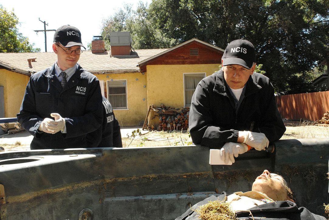 Ein Officer wird ertränkt und mit aufgeschlitztem Bauch gefunden. Gibbs (Mark Harmon, r.) und Jimmy (Brian Dietzen, l.) ermitteln am Tatort ... - Bildquelle: CBS Television