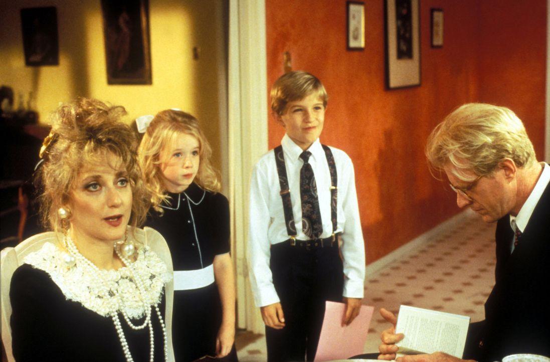 Nachdem die Zwillinge Jason (Brady Bluhm, 2.v.r.) und Bea (Rachel Duncan, 2.v.l.) bereits das fünfte Kindermädchen in die Flucht geschlagen haben,... - Bildquelle: Disney