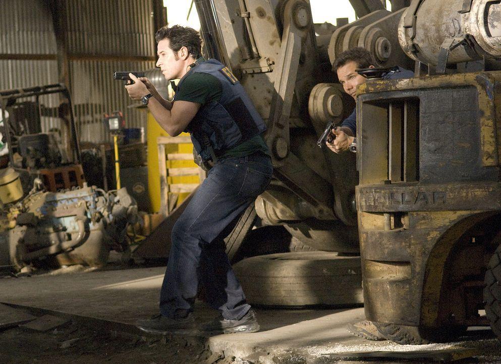 Ein fanatischer Verbrecher mit weiblichem Gefolge, hat Amita in seine Gewalt gebracht. Don (Rob Morrow, l.) und Colby (Dylan Bruno, r.) versuchen al... - Bildquelle: Paramount Network Television