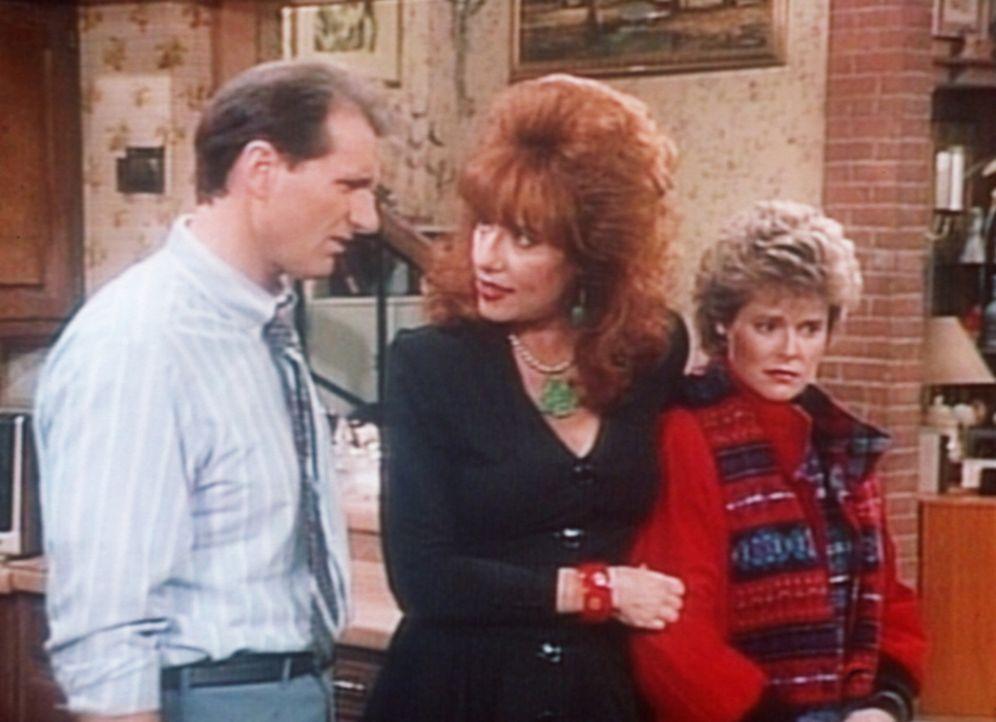 Marcy (Amanda Bearse, r.) muss Weihnachten ohne ihren Mann verbringen. Während Al (Ed O'Neill, l.) feixt, versucht Peggy (Katey Sagal, M.) sie zu t... - Bildquelle: Columbia Pictures