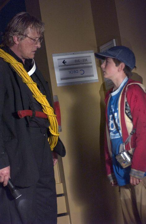 Mit dem kleinen Dylan (Rory Copus, r.) macht sich Bischof Schmitt (Rutger Hauer, l.) daran, einen Weg zu finden, dem sinkenden Schiff zu entkommen ... - Bildquelle: Hallmark Entertainment