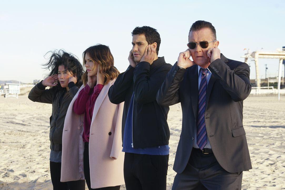 In Mexiko sollen sich (v.l.n.r.) Happy (Jadyn Wong), Paige (Katharine McPhee), Walter (Elyes Gabel) und Cabe (Robert Patrick) um einen fragilen Atom... - Bildquelle: Monty Brinton 2017 CBS Broadcasting, Inc. All Rights Reserved / Monty Brinton